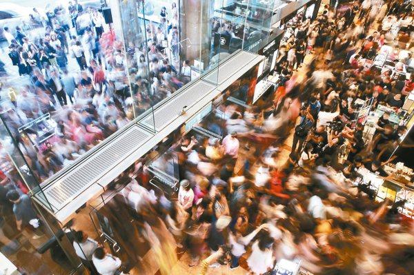新光三越南西店周年慶起跑,消費者搶買限量商品。