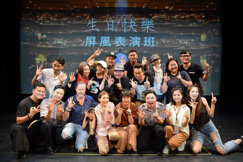 已故劇場大師李國修經典喜劇「三人行不行」重新搬上舞台,6日在台北舉行首演,包含李