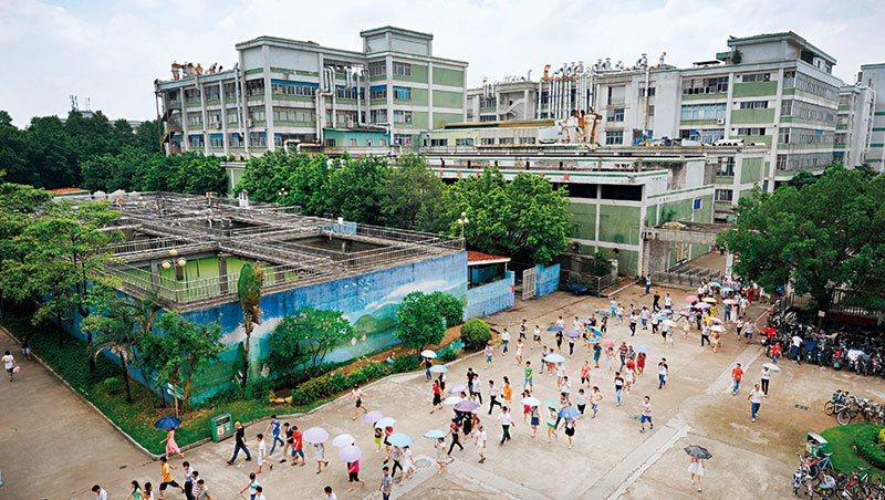 為因應未來競爭,寶成位於東莞的工廠,正實驗新一代自動化產線。商業周刊提供/攝影者...