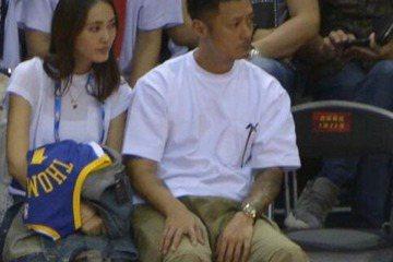香港藝人余文樂是個出了名的籃球迷,5日他應邀觀賞NBA深圳賽,甚至還一起帶了台灣皮帶千金Sarah出席,令人訝異的是,轉播的鏡頭還捕捉到余文樂與Sarah同框的畫面,而這更是余文樂首次在媒體面前合體...