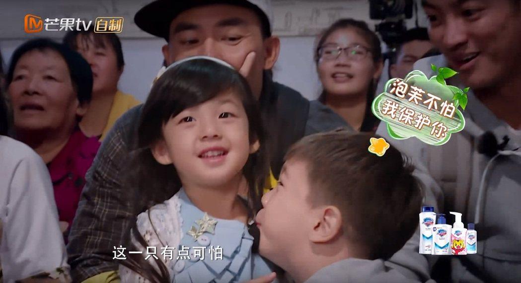 嗯哼對泡芙投懷送抱,網友稱劉畊宏看向嗯哼露出「眼神殺」。圖/擷自YouTube
