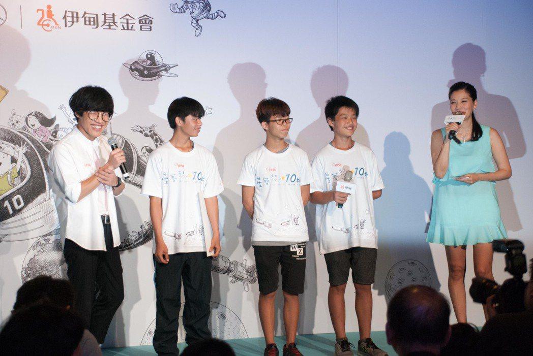 盧廣仲與曾經參與過計劃的孩童。記者林昱丞/攝影