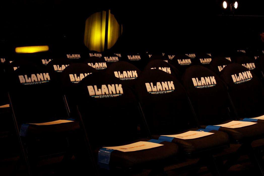 現場座位區,兩隊有各自的加油區,玩家可自行選擇支持的隊伍區域入座。 攝影/何思瑤