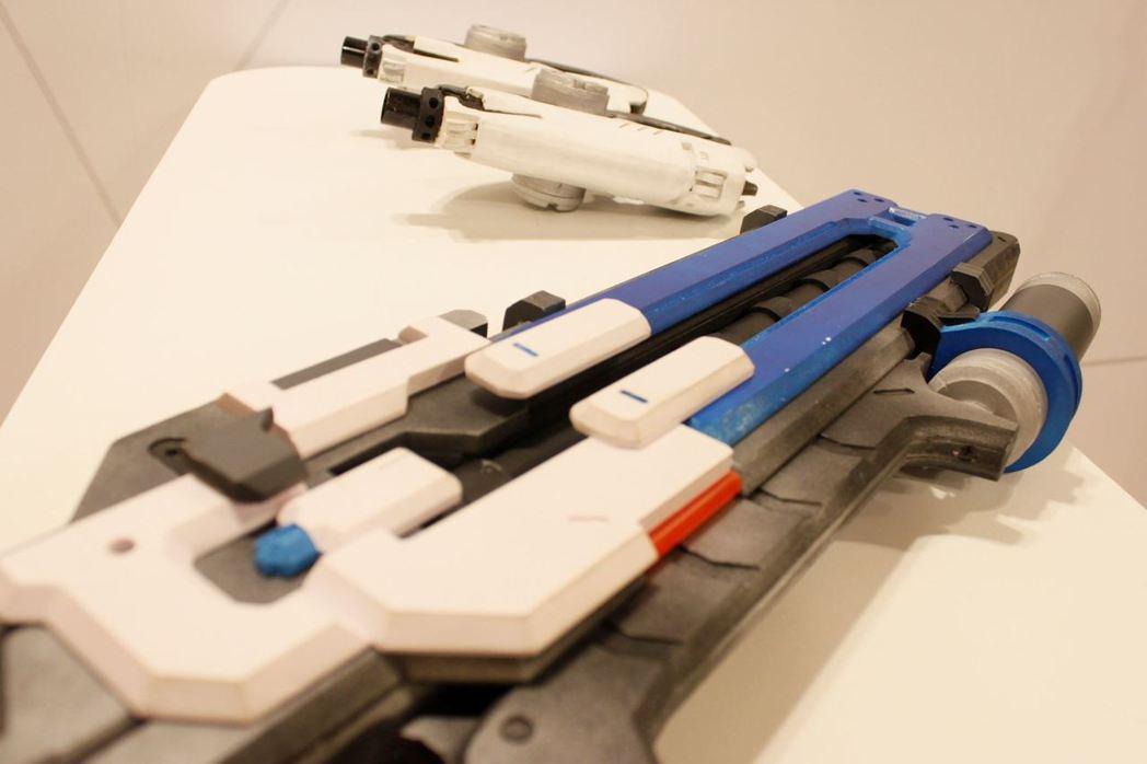 現場備有槍支模型提供給玩家拍照合影。 攝影/何思瑤