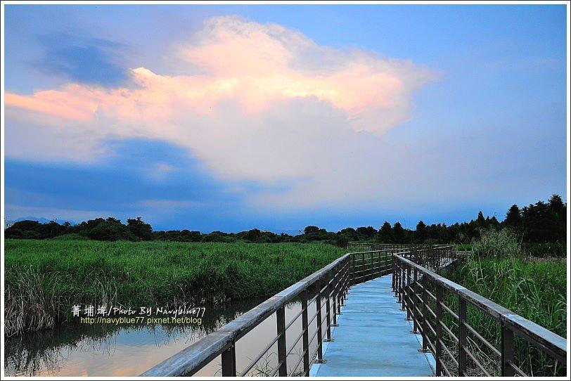 ↑再回到南岸的棧道,看著夕陽僅剩的餘光染橙了東天的雲,讓菁埔埤增添不同顏色的風采...