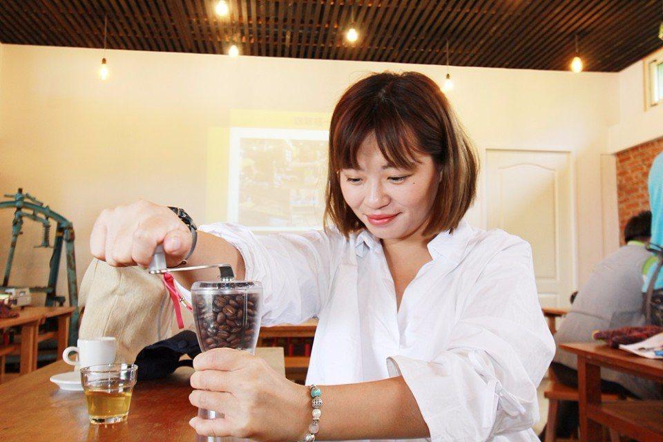 烘豆體驗讓咖啡愛好者玩的不亦樂乎。(攝影/陳德偉)