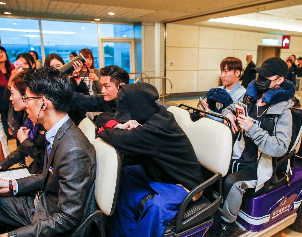韓國藝人權志龍(中)凌晨搭乘長榮航空BR-88班機飛抵桃園機場,制區內仍然有幾位...