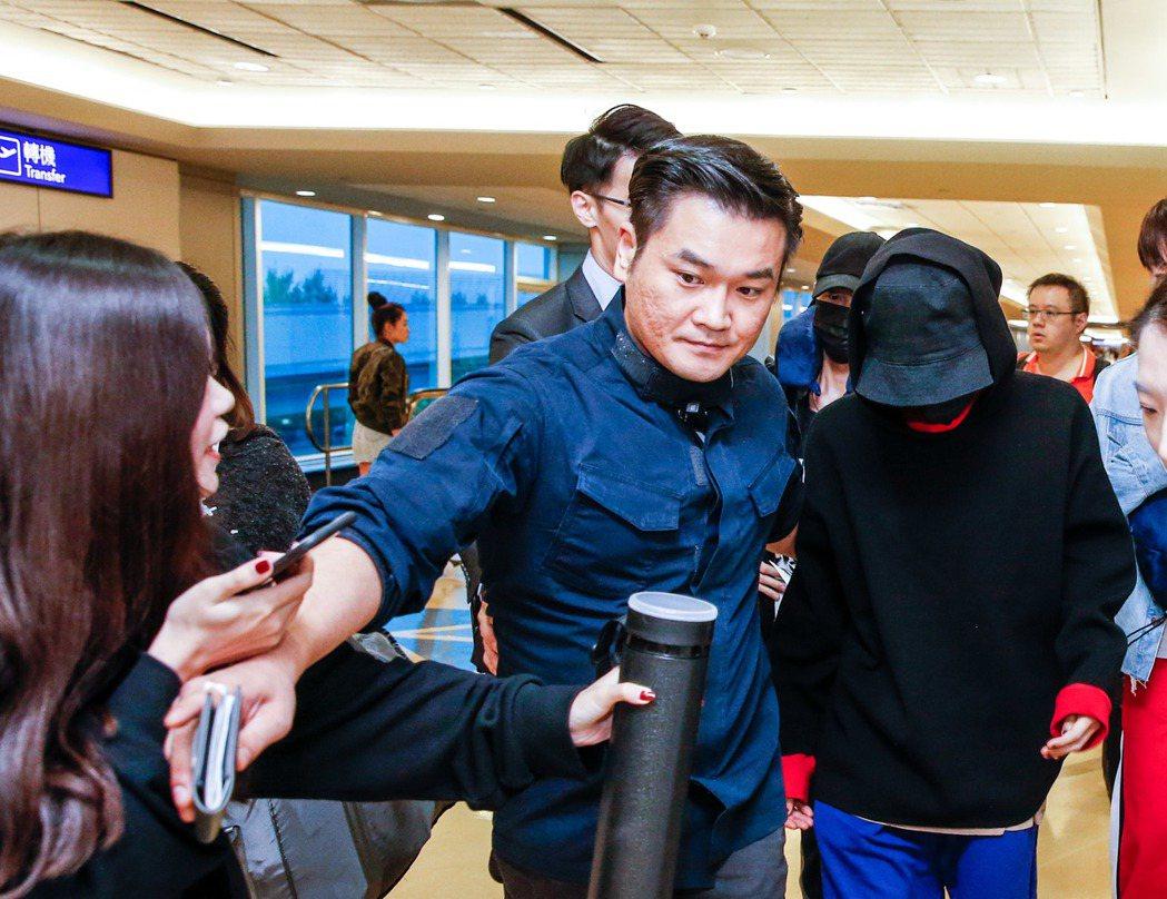 韓國藝人權志龍(中)凌晨搭乘長榮航空BR-88班機飛抵桃園機場,雖然是早上六點多...