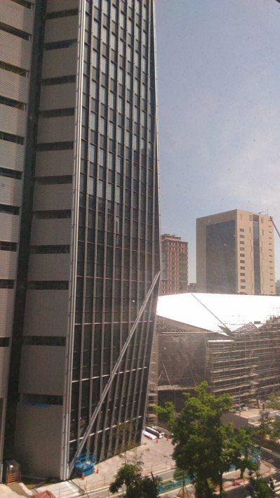 都市招牌過亮、玻璃帷幕反光,讓光害成為城市新公害。圖/本報資料照