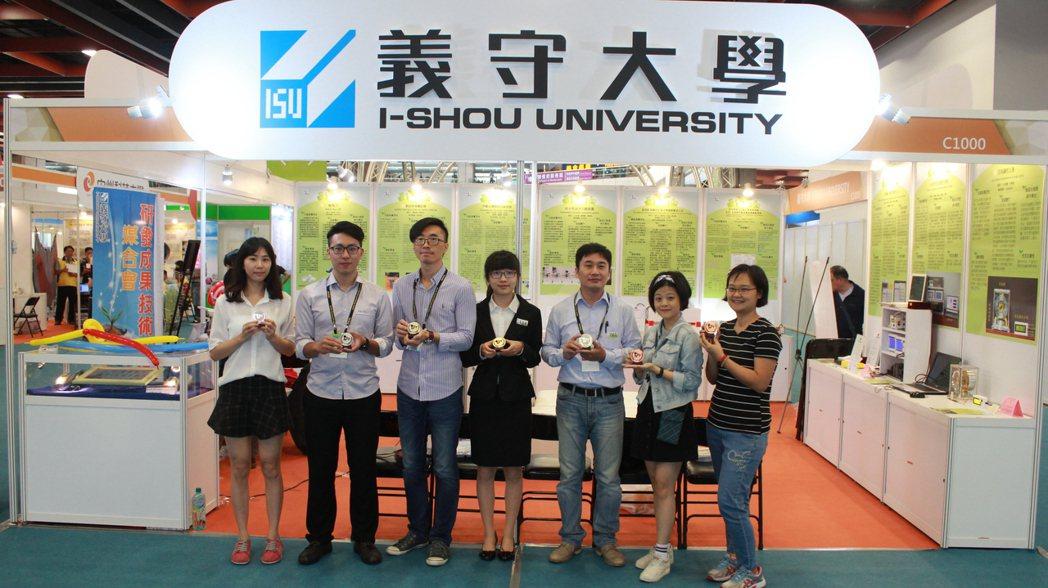 義守大學團隊參加「2017台北國際發明展」,共獲7座獎項肯定。圖/義守大學提供