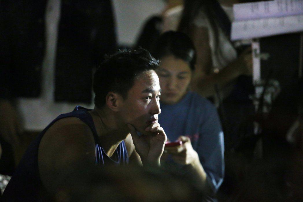 何潤東5日在北二高下的汐止籃球場執導新戲,戲中演員在球場演出爭奪互嗆戲碼。記者許