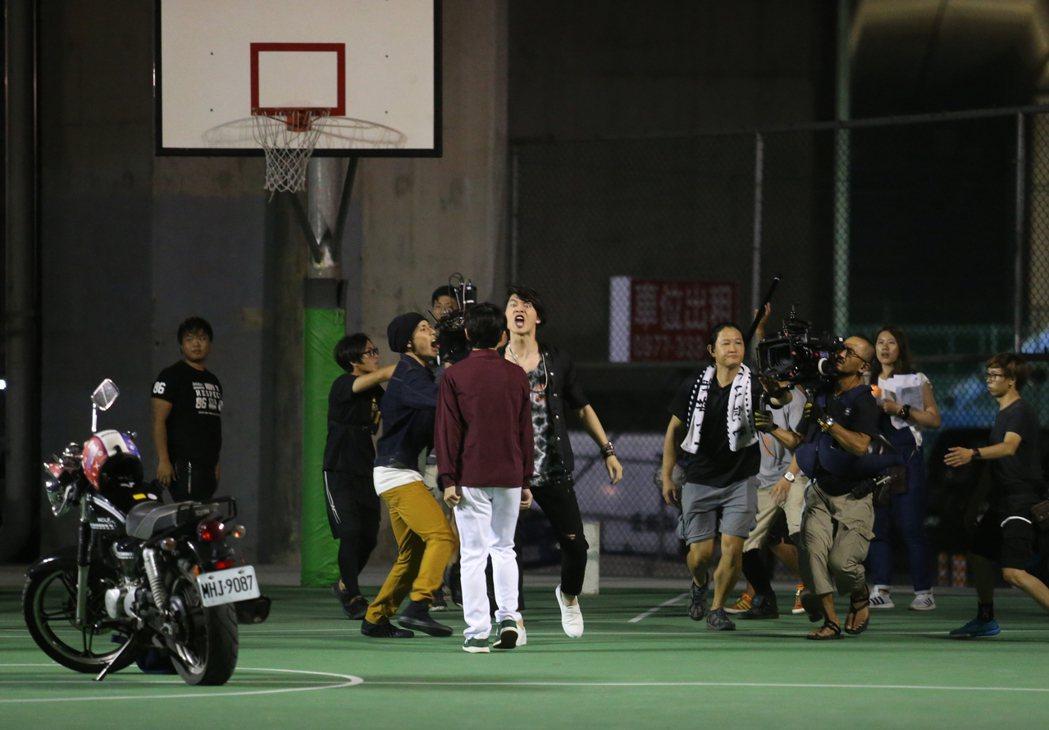 何潤東5日在北二高下的汐止籃球場執導新戲,戲中演員在球場演出爭奪互嗆戲碼。記者許...