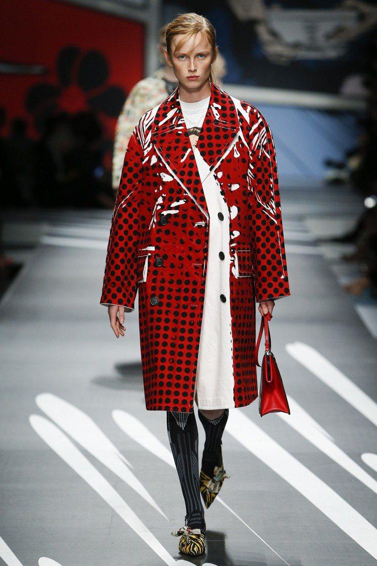 PRADA的圓點外套有著現代時髦感。圖/PRADA提供