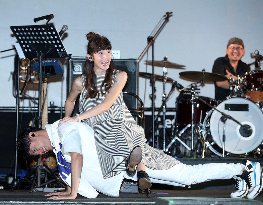 陳零九(左)發片,李千娜站台,兩人合唱玩遊戲。記者陳瑞源/攝影