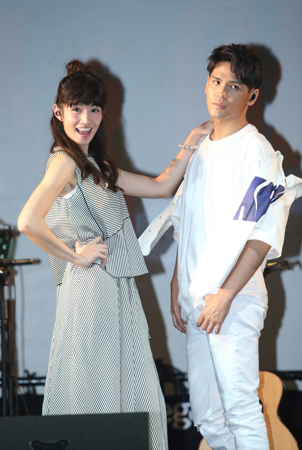 陳零九(右)發片,李千娜站台,兩人合唱玩遊戲。記者陳瑞源/攝影
