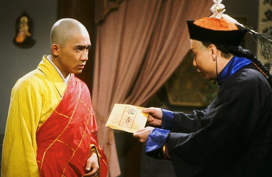 梁朝偉在「鹿鼎記」戲中剃光頭模樣。圖/中天提供