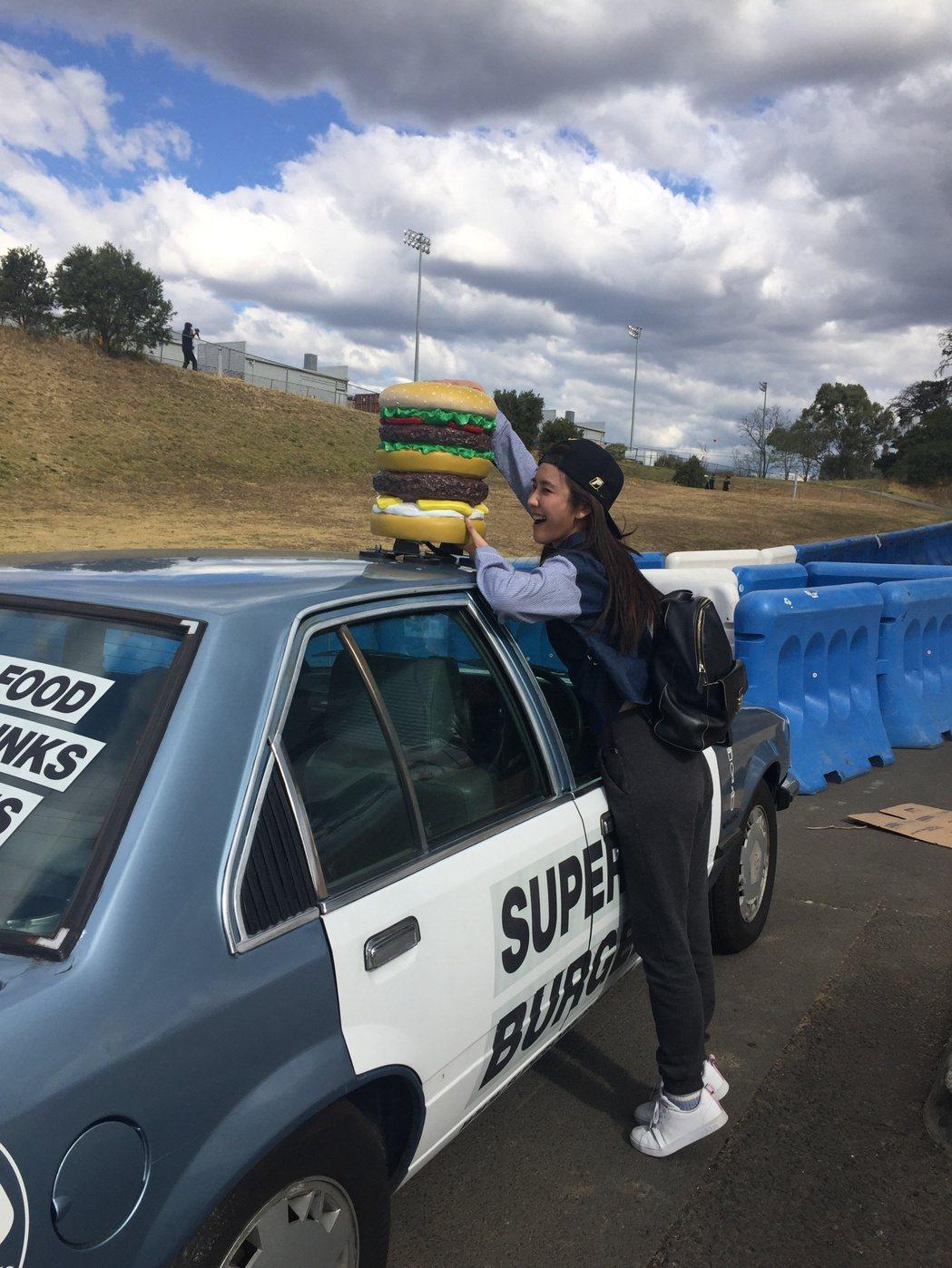 黃心娣在澳洲觀賞賽車。圖/周子娛樂提供