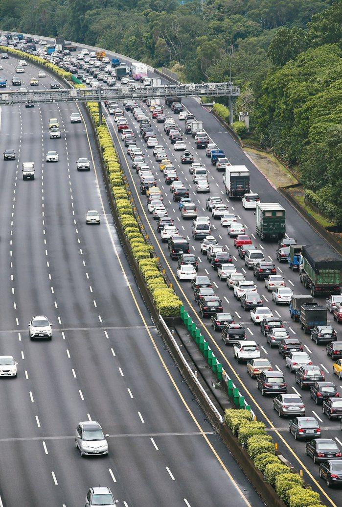 國慶連假首日,國道高速公路從一早就開始塞車,國3南下三鶯路段,幾乎成了大停車場,...