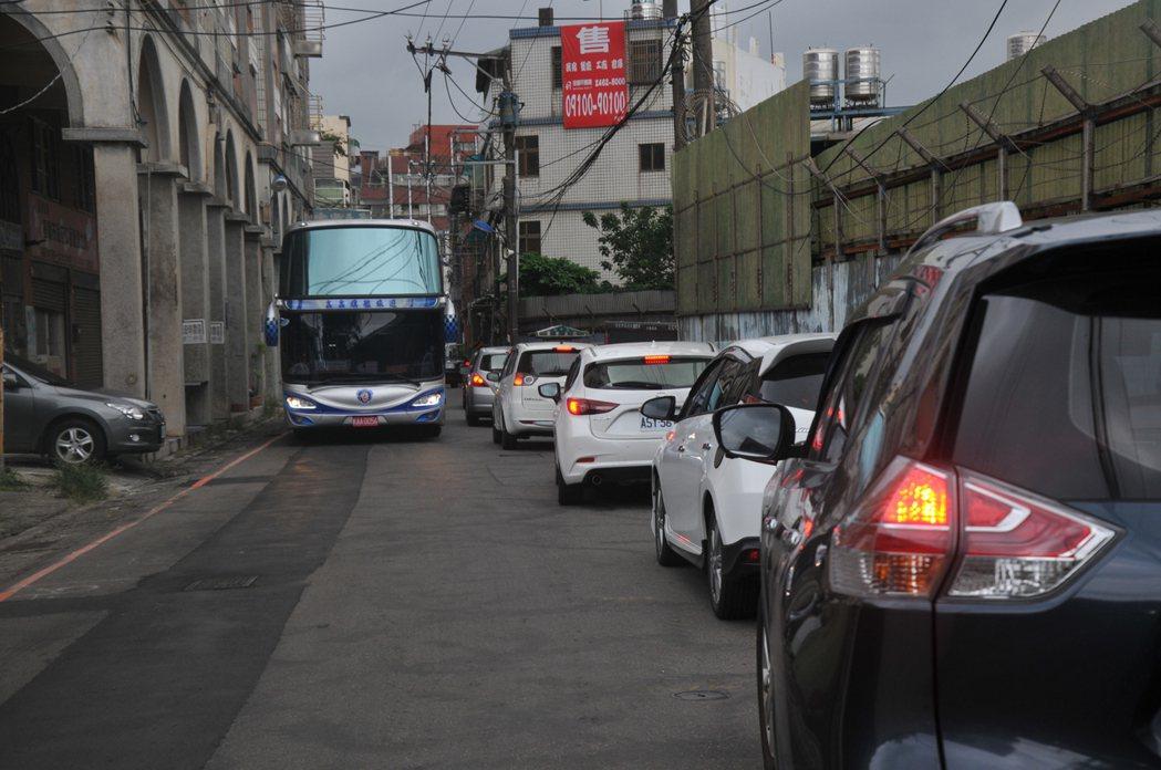 要進基隆市和平島公園只有一條平一路,但路幅狹小,會車困難,只要有大型遊覽車要進來...