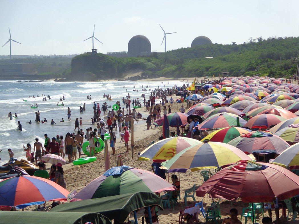 墾丁高人氣的南灣昨天湧現戲水人潮。 記者潘欣中/攝影