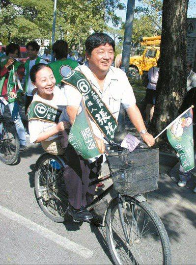 張花冠競選立委連任時,曾振農騎腳踏車載著妻子兜風造勢。 圖/本報資料照片