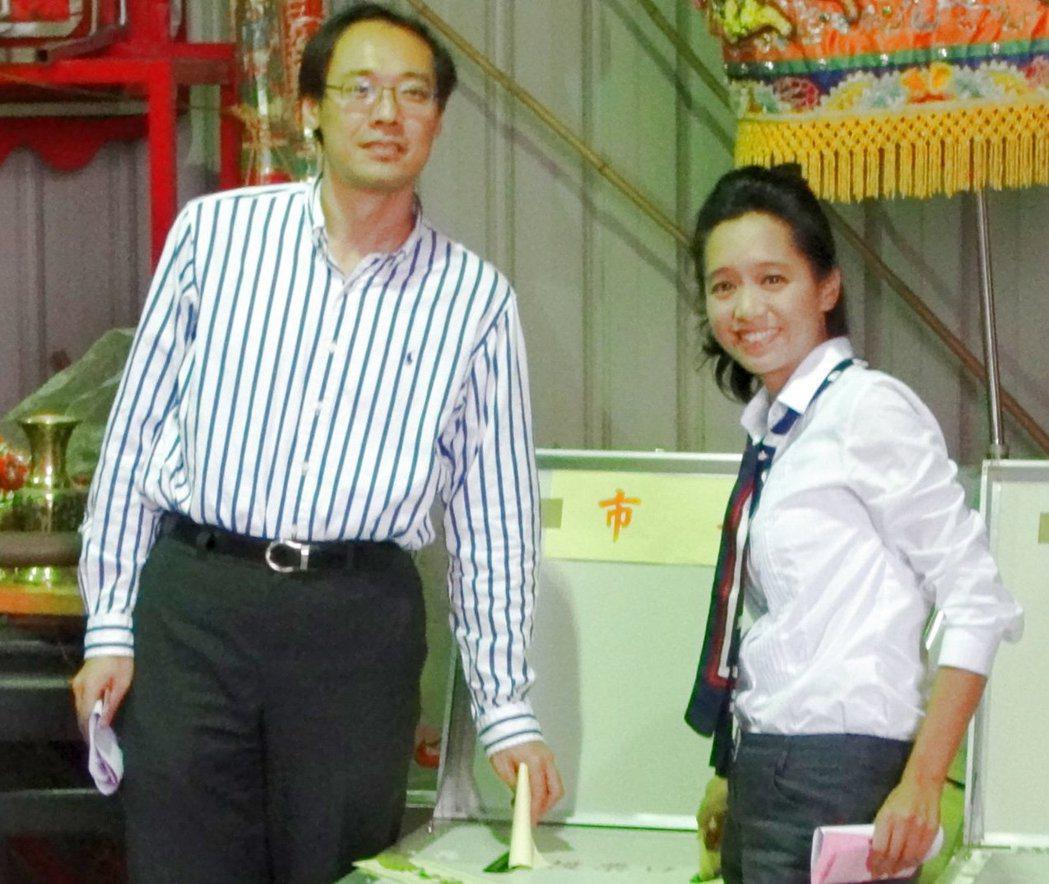 楊偉中(左)陪當時競選嘉義市長的妻子陳以真(右)投票。 圖/本報資料照片