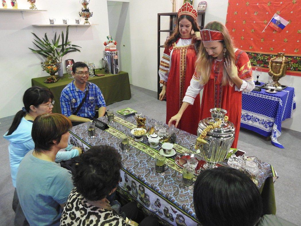 俄羅斯正妹茶藝師今年在茶博會國際茶席中,為眾人展演泡茶品茗。 記者賴香珊/攝影