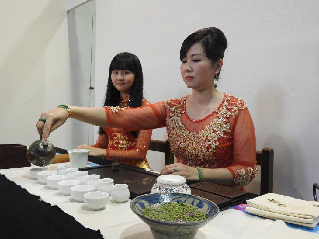 今年茶博會國際茶席規模更大,有越南母女檔茶藝師為眾人展演泡茶品茗。 記者賴香珊/...