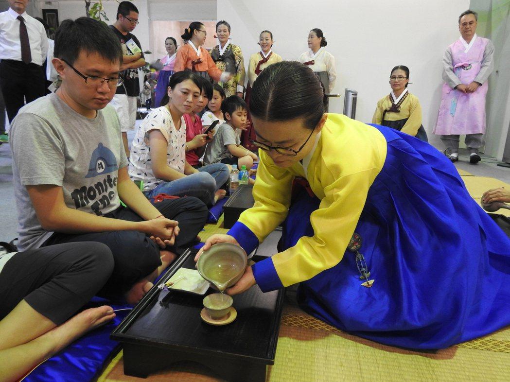 韓國喝茶喜歡茶溫在80度,為幫熱水降溫,泡好還會再倒入大碗才分茶。記者賴香珊/攝...