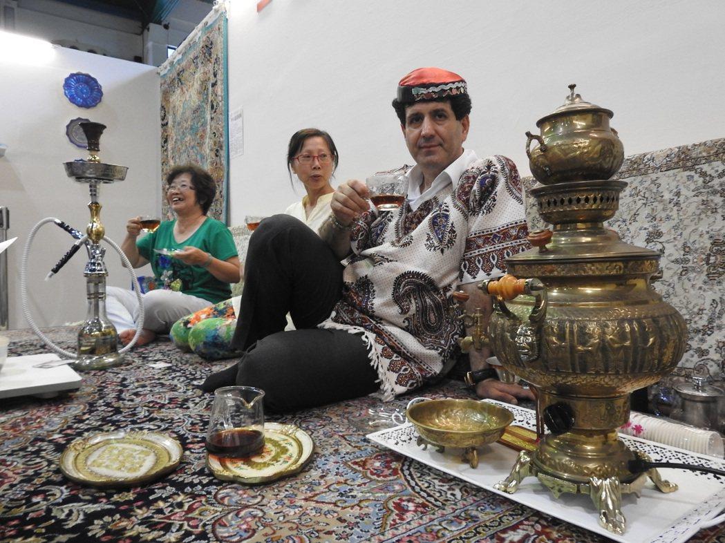 波斯銅雕茶壺看起來就像藝術品,更是「煮水泡茶一體成型」的功能性壺具。 記者賴香珊...