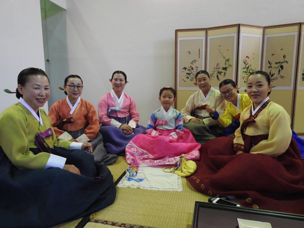 今年韓國茶道展演以大家族生活形態闡述茶道精神,其中最小茶師金采林(中)年僅6歲。...