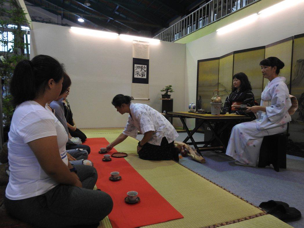 日本茶師跪坐為茶客逐一奉上「香煎茶」。 記者賴香珊/攝影