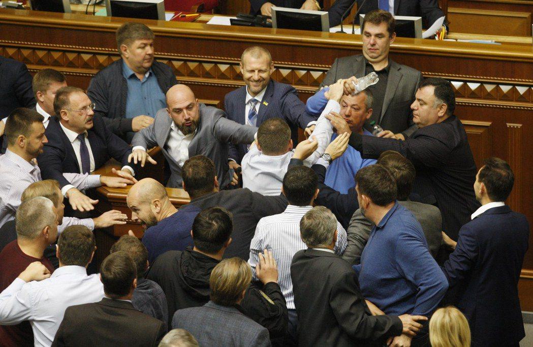 放任東部親俄?烏克蘭國會全武行