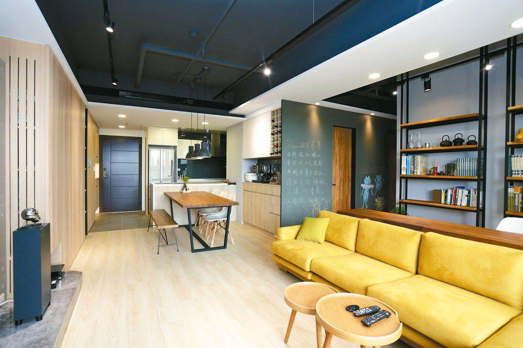 挑選亮色或深色系家具,營造出層次立體感,可讓小家庭看起來有大空間。 永慶居家╱提...