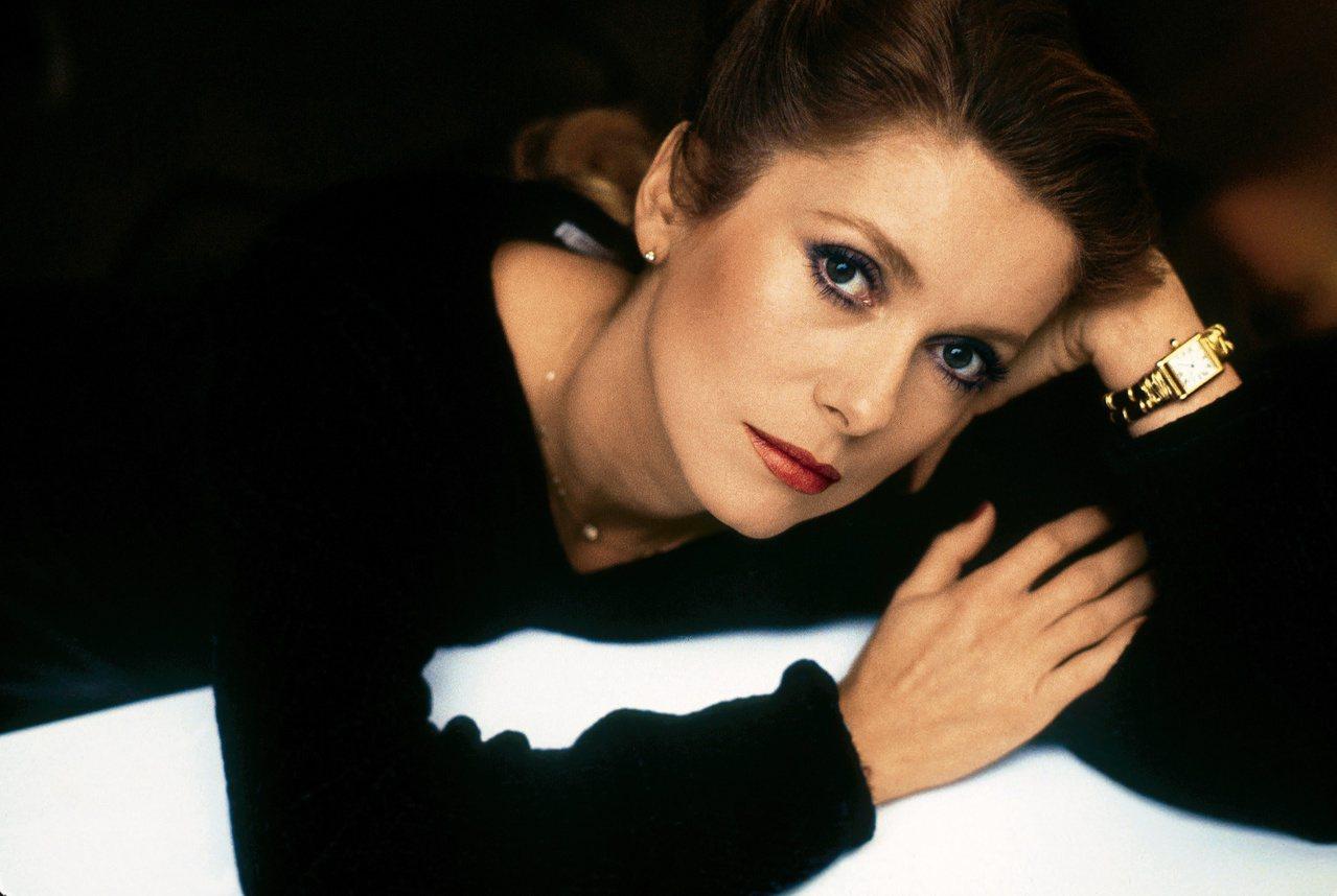 法國女明星凱撒琳丹尼芙(Catherine Deneuve)1984年配戴長方形的卡地亞的坦克手表 。© Jean-Jacques Lapeyronnie/Gamma。圖/ 卡地亞提供