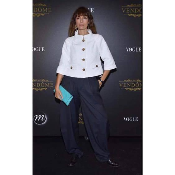 《如何當個巴黎女人:愛情、風格與壞習慣》作者Caroline de Maigret,很少配戴飾品,偶爾參加活動,就是會戴上方長型的手表。圖/ 擷取自IG @carolinedemaigret