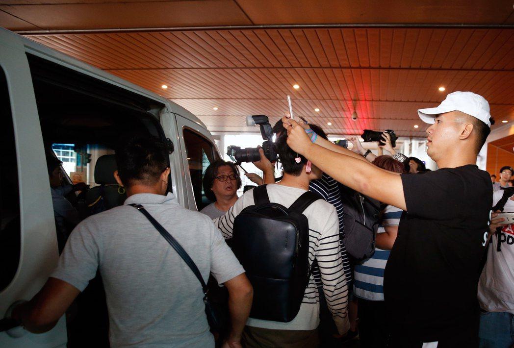 韓國女團「Apink」上午抵達桃園機場,粉絲們一路追拍到她們上車。記者鄭超文/攝...