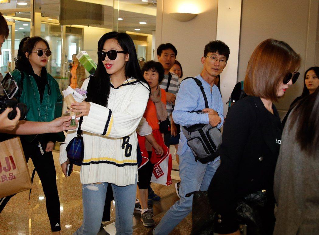 韓國女團「Apink」上午抵達桃園機場,雖然班機提早抵達,但是管制區內仍然有接近...