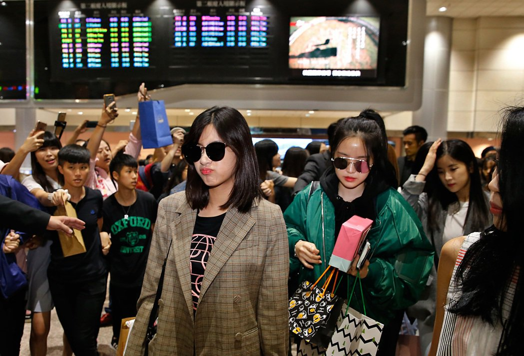 韓國女團「Apink」上午抵達桃園機場,Apink走進入境大廳,粉絲們就開始尖叫...