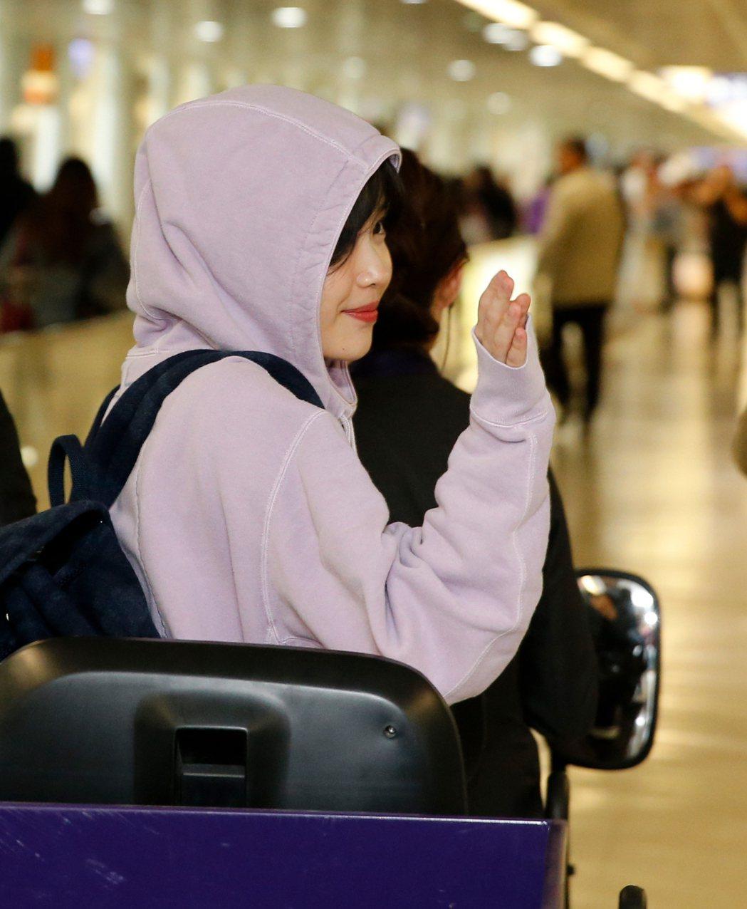 韓星IU中午搭乘KE-691班機抵達桃園機場,她搭乘環宇商務中心的車輛離去時,還...