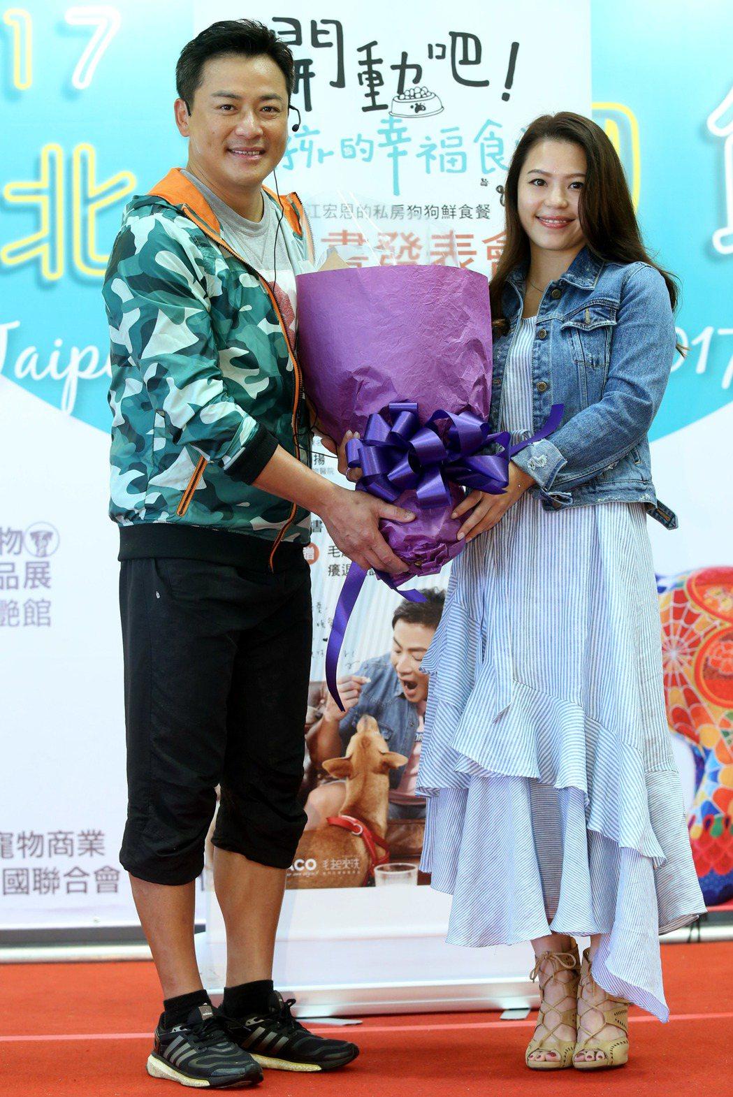 藝人江宏恩今天在台北寵物生活用品展為新書站台,示範寵物料理,女友段小姐Vanes...