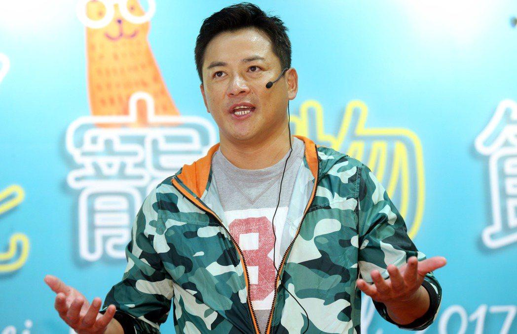 藝人江宏恩今天在台北寵物生活用品展為新書站台。記者林俊良/攝影