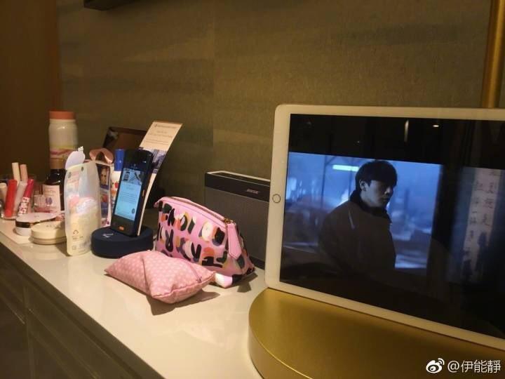 伊能靜獨自在飯店追老公秦昊拍的劇,還和網友分享劇情。圖/摘自伊能靜微博