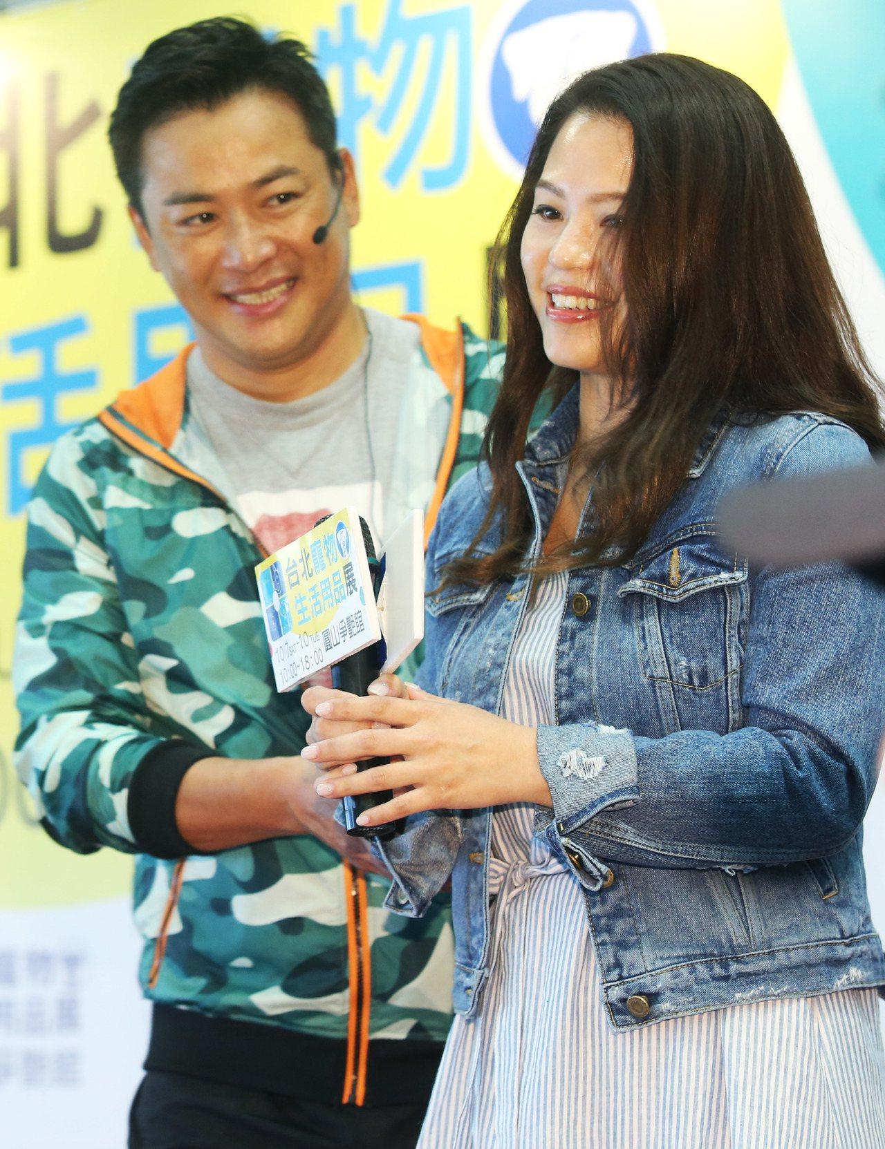 藝人江宏恩昨天在台北寵物生活用品展為新書站台,示範寵物料理,女友段小姐Vanes...
