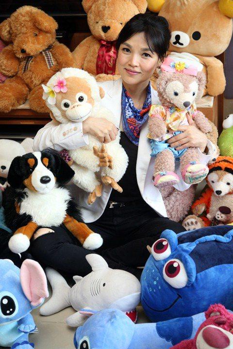 台語歌手談詩玲年近半百,內心仍住著一個小女孩,家中收藏她十幾年來的娃娃戰利品,總計約有4、50隻,其中最貴的是8年前在東京買的Hello Kitty玩偶,當時以2萬5購入,她視娃娃如寶,透露兒子幫她...
