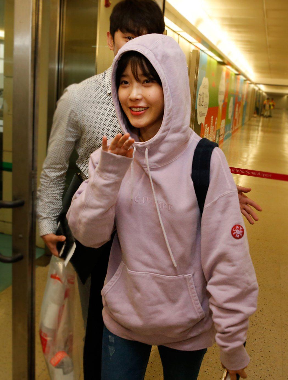 韓星IU搭乘KE-691班機抵達桃園機場,她將擔G-DRAGON台北演唱會的嘉賓...