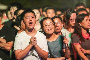 藝人小鐘出席台中市躍升全台第二大城晚會,帶來經典曲目「恁姐啊住市內」、「告白氣球」、「世界末日」,民眾隨著歌曲高舉雙手,聽得如痴如醉,為整個晚會帶來最高潮。