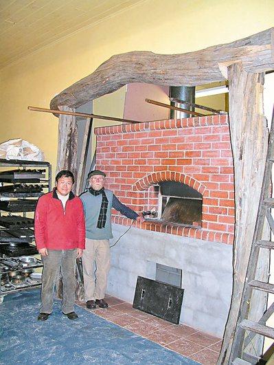 拜訪知名磚造柴燒麵包窯專家Alan Scott(右)。 圖/張源銘(舞麥者)