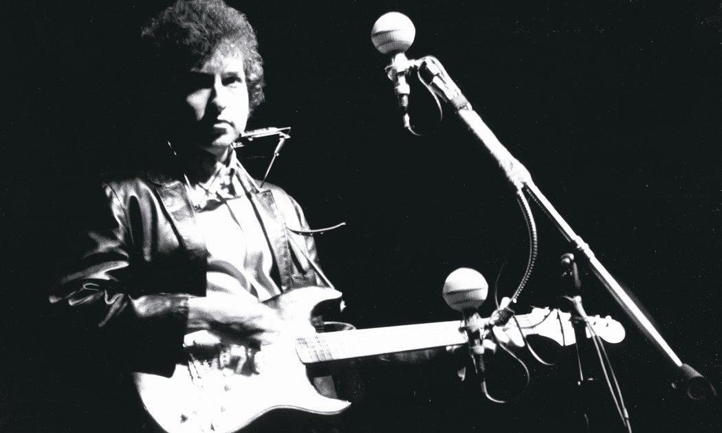 巴布.狄倫1965年在羅德島州新港民歌節上演唱。 圖/Getty Images