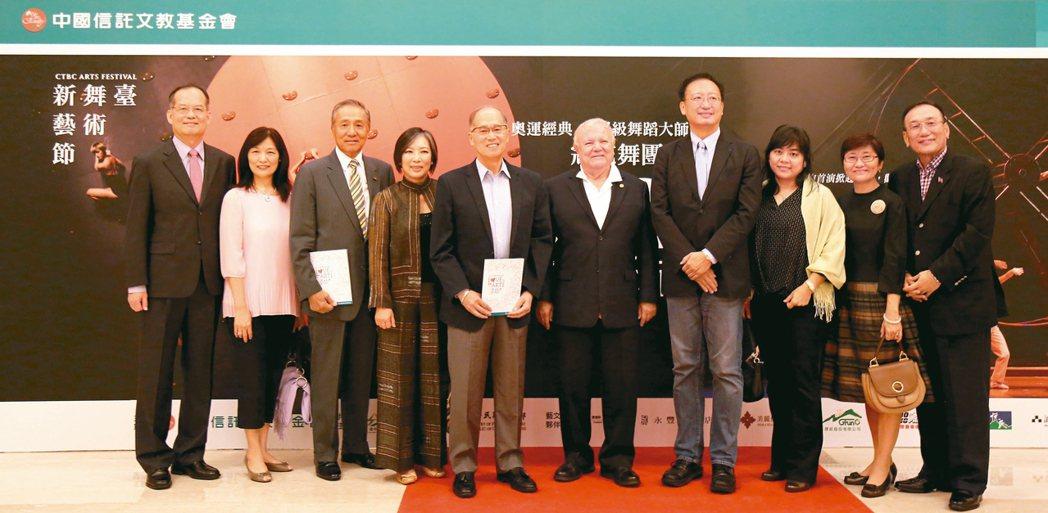 「舞夢.巴西」昨晚台灣首演,多位外交使節齊聚一堂觀賞。為外交部政務次長章文樑夫婦...